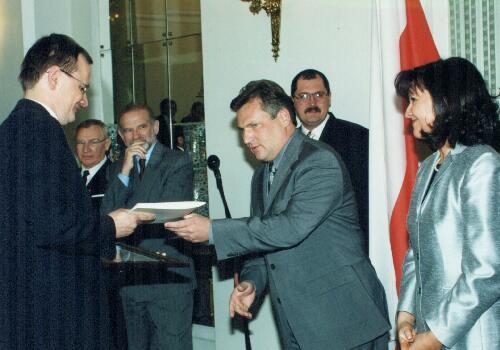 Prezydent Aleksander Kwaśniewski wręcza dyrektowori firmy list gratulacyjny od Stowarzyszenia Porozumienie Bez Barier